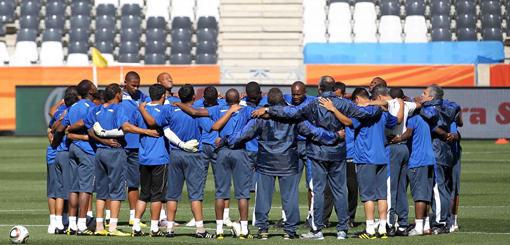 Seleccion abrazada en estadio de Mbombela