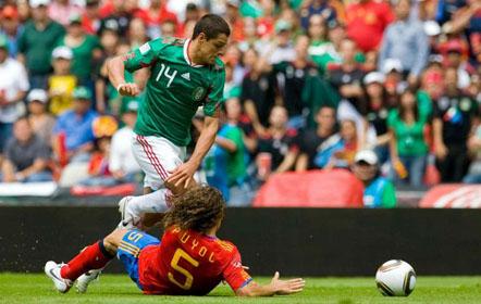 Javier Hernandez contra Carles Puyol