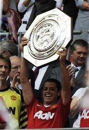 Chicharito Hernandez levanta trofeo