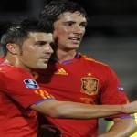 Goleando, España inició defensa del título