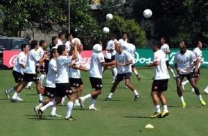 Costa Rica ya entrena con todo el plantel