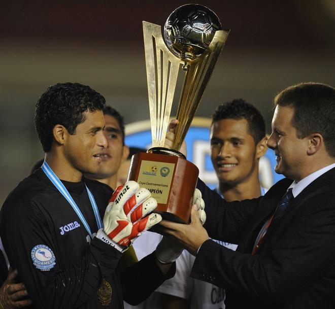 Noel Valladares recibe el trofeo