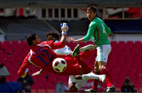 Marlon Licona (Honduras) contra Néstor Araujo de México