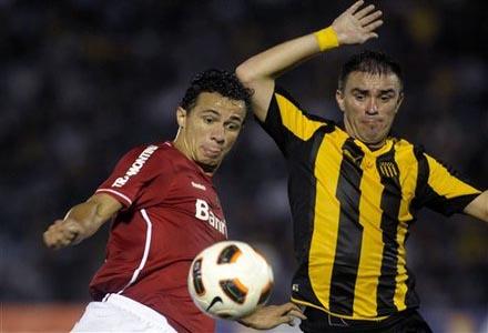 Carlos Valdez del Peñarol contra Leandro Damiao del Internazionale