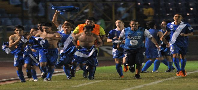Los jugadores de Guatemala celebran la clasificación al Mundial de Colombia