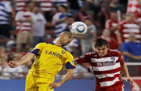 Alvaro Saborío disputa el balón contra Eric Alexander de Dallas