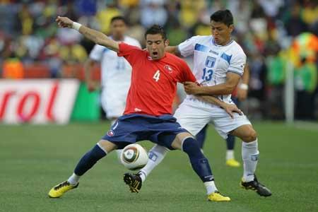 Roger Espinoza contra Mauricio Isla de Chile
