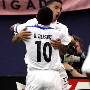 Wilmer Velásquez y Mario Iván Guerrero celebran contra Costa Rica