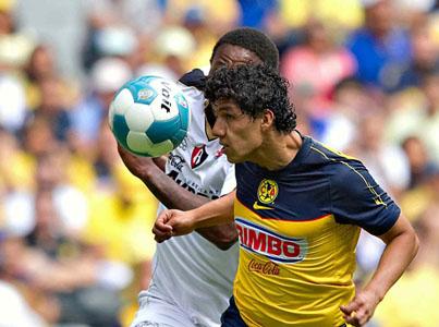 Georgie Welcome enfrenta a Erick Pimentel del América