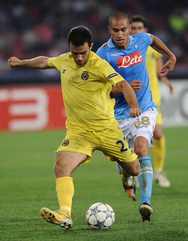 Giuseppe Rossi del Villarreal (Izq) sobrepasó al volante del Nápoles Andrea Dossena