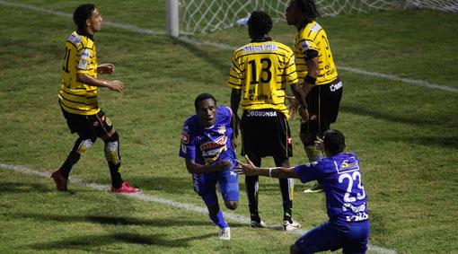 Ernesto Aquino celebra el gol del Metapán