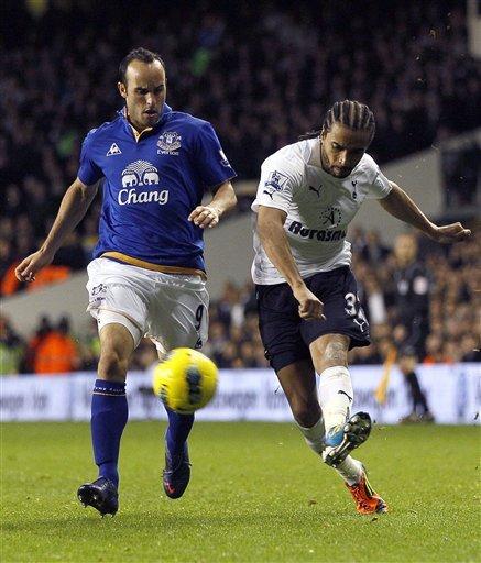 Landon Donovan (Izq) del Everton contra  Benoit Assou-Ekotto de los Spurs