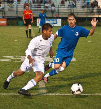 Hosman Ramos (Izq) del Blue Star enfrenta a Ruben Rossano del Real Honduras