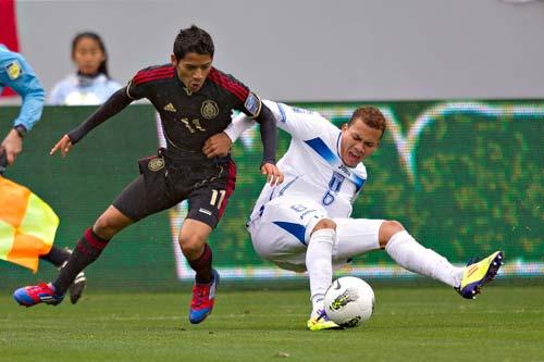 Javier Aquino (Izq) dio dos asistencias de gol, es marcado por Arnold Peralta