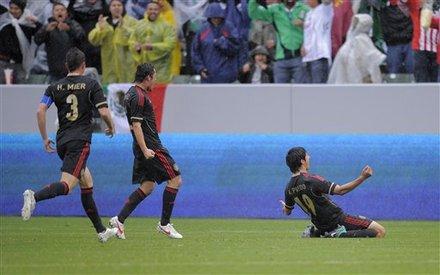 Alan Pulido (Der) anotó los tres goles