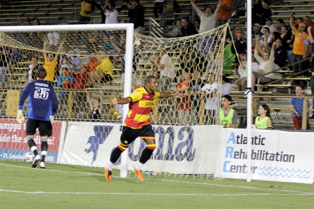 Andy Herron festeja su primer gol co los Strikers (Foto  Rosa Cavalcanti)