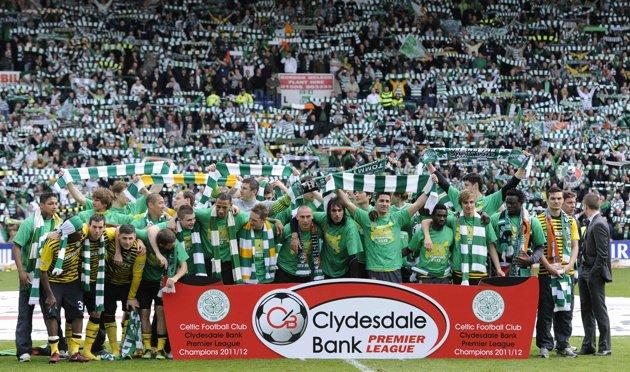 Emilio Izaguirre (Izq) posa con todos sus compañeros del Celtic
