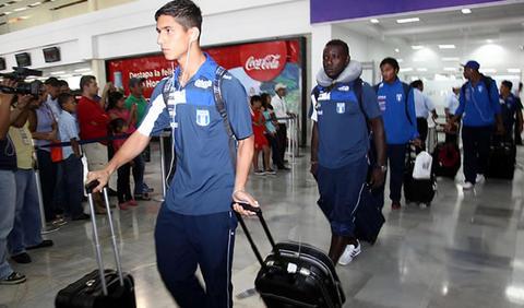 Gerson Rodas (Izq) a su arribo a San Pedro Sula (LP)