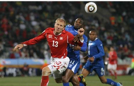 Stephane Grichting (Izq) de Suiza contra David Suazo en Sudáfrica (Archivo)
