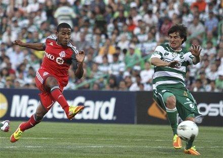 Joao Plata del Toronto FC contra Jorge Iván Estrada