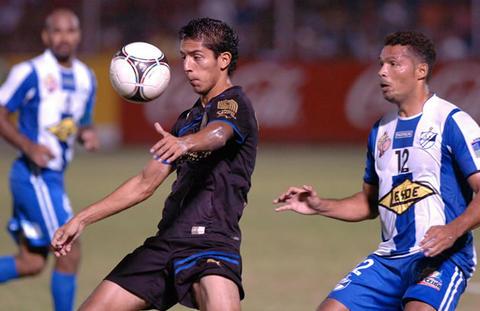 J.R. Mejía (Izq) del Olimpia recepciona el balón ante Jaime Rosales (LP)