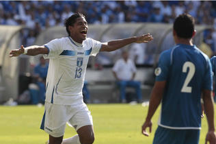 Costly festeja contra El Salvador