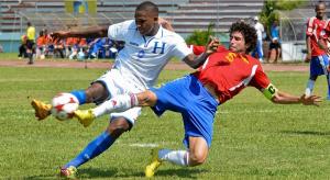 Georgie Welcome (Izq) es marcado por Jorge Clavelo de Cuba