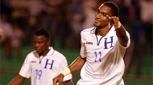 Jerry Bengtson (Der) anotó el gol del triunfo, atrás Marvin Chávez