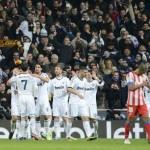 Real Madrid gana un derbi que beneficia al Barça