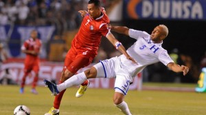Víctor Bernárdez disputa el balón con Blas Pérez