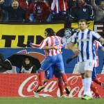 Atlético gana con diez al Espanyol y se mantiene a doce del Barcelona