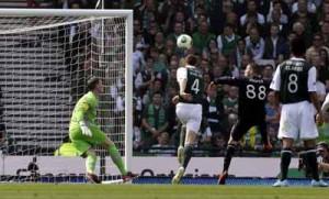Gary Hooper remata a gol, Jorge Claros (8) observa la acción