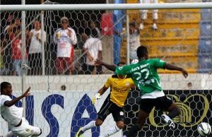 Jerrik Diaz del Platense contra Donis Escober en la semi final. (La Prensa)