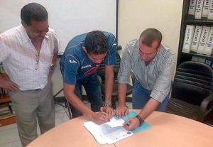 Flanqueado por los gerentes del Motagua, Juan Pablo Montes firma el contrato