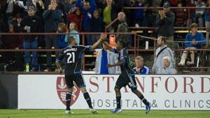 Victor Bernardez Marvin Chavez celebran el gol