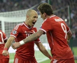 El delantero croata del Bayern de Múnich, Mario Mandzukic (D), celebra su gol con Arjen Robben,