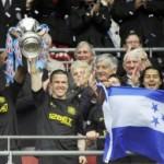 Roger Espinoza levantó primera Copa en Inglaterra