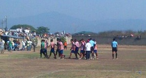 Yoro FC abandonando la cancha del Celeo Guifarro en Juticalpa