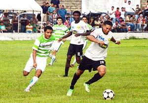 Héctor Flores (Der) dio la asistencia al gol de Parrillas One