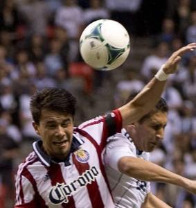 Carlos Alvarez (Izq) pelea el balón con el Catracho  Jhonny Leveron