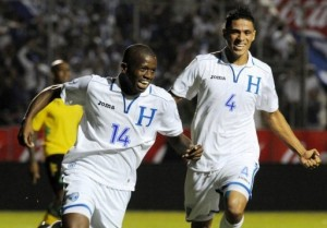 Boniek Gracía y Juan Pablo Montes celebran el priimer gol de Honduras