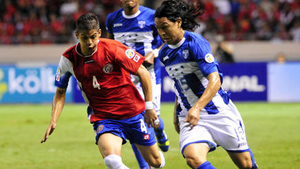 Roger Espinoza enfrenta la marca de Cristian Gamboa de Costa Rica (Getty)