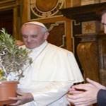 El papa Francisco bendice a Messi