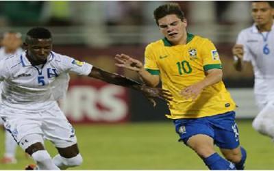 Anoal Hernàndez de Honduras enfrenta al brasileño Nathan en el Mundial Sub:17 de Emiratos Arabes Unidos. Via Fifa