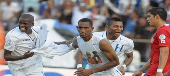 Jerry Bengtsoncelebra el gol contra Costa Rica