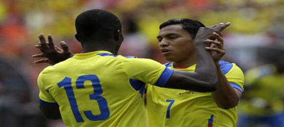 Jefferson Montero (7), de Ecuador, felicita a su compañero Enner Valencia después de que anotó frente a Inglaterra en un partido amistoso disputado el miércoles 4 de junio de 2014