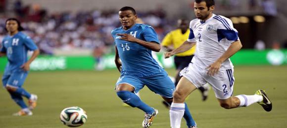 Rony Martínez de Honduras busca el balón ante Yuval Shpungin de Israel el 2 de Junio del 2014 en Houston, Texas. (La Prensa)