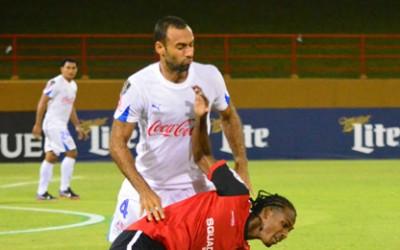 Fabio de Souza enfrenta a un rival de Alpha United