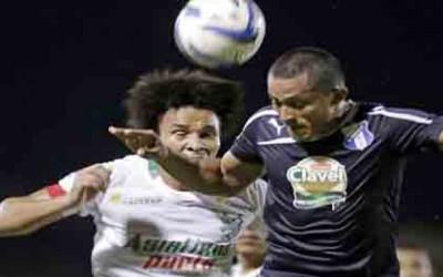 Julio de León disputa un balón con Jorge Zaldivar del Honduras Progreso
