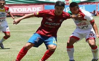 Maximiliano Callorda (izquierda) del Municipal hizo un autogol contra Malacateco el domingo en el empate 1-1